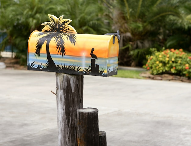 Divertente cassetta della posta artistica con vernice di mare tropicale