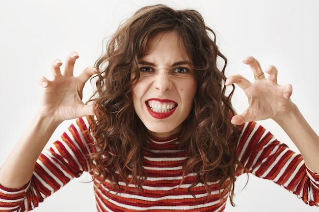 Divertente donna attraente scherzare, comportandosi come un mostro