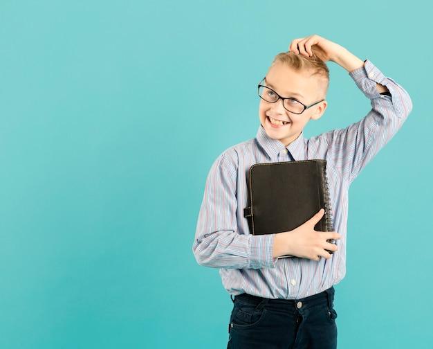 Divertente giovane insegnante copia spazio