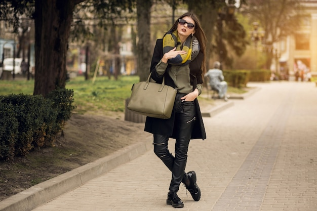 Divertente occhiali da sole smartphone donne signora seduta