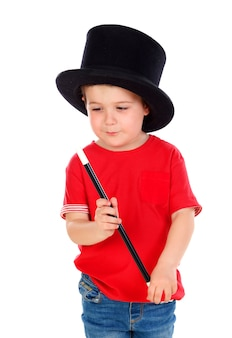 Divertente piccolo mago con un cappello a cilindro e una bacchetta magica