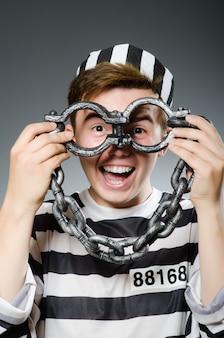 Divertente prigioniero nel concetto di prigione