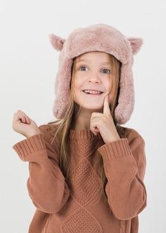 Divertente ragazza bionda vestita d'inverno