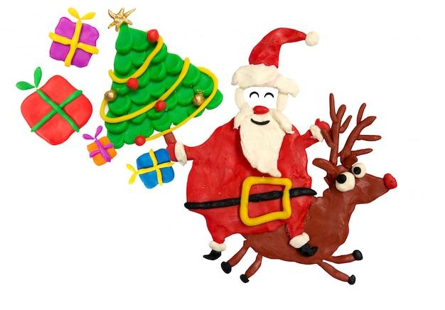 Divertimento del fumetto santa cavalca un cervo con albero di natale e regali nella sua borsa.