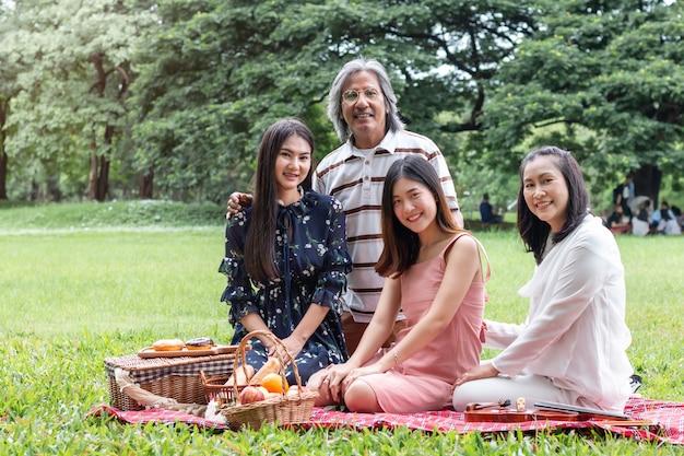 Divertimento in famiglia felice insieme in giardino in estate.