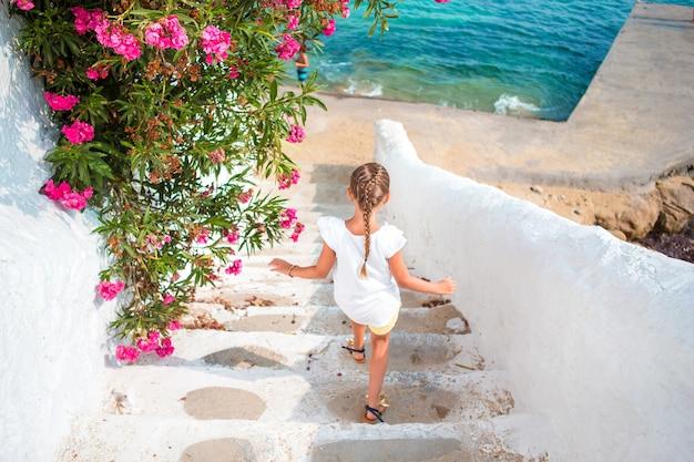 Divertirsi adorabile della ragazza all'aperto in grecia