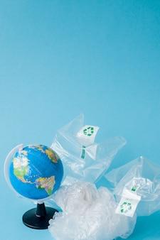 Divieto di inquinamento da plastica. globo e sacchetto di plastica fuori dal globo. concetto creativo