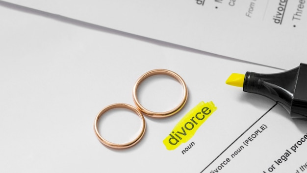 Divorzio sostantivo evidenziato con pennarello