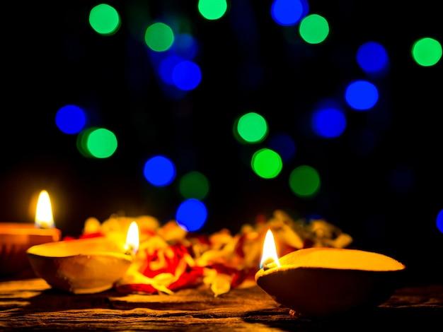 Diwali felice - le lampade di diya si sono accese con il fondo del bokeh durante la celebrazione di diwali