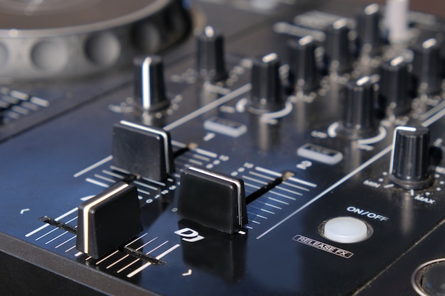 Dj mixer controller primo piano.