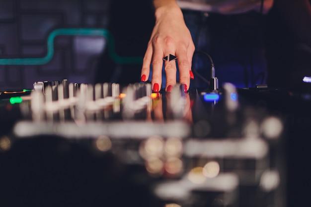 Dj nel club per il mixer remoto.