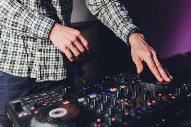Dj telecomando, giradischi e mani. vita notturna al club, festa.
