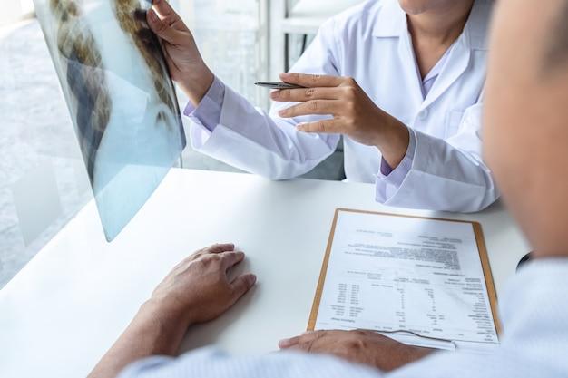 Doctor holding e guardando la pellicola a raggi x