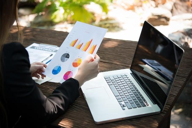 Document investimento mano d'affari business manager
