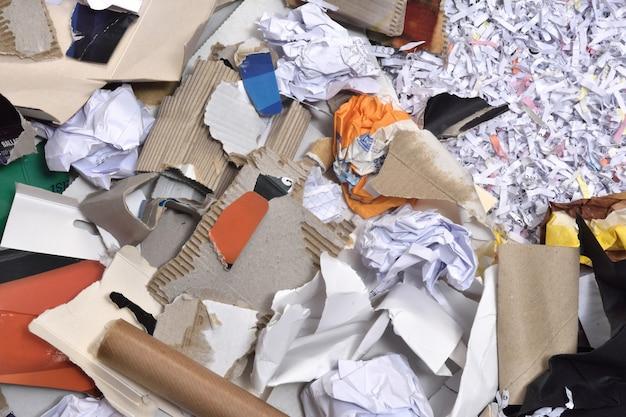 Documenti all'interno di un contenitore da riciclare,
