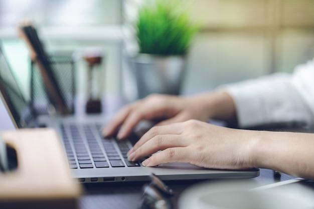 Documenti di lavoro a mano sui piani di marketing e le vendite dell'azienda
