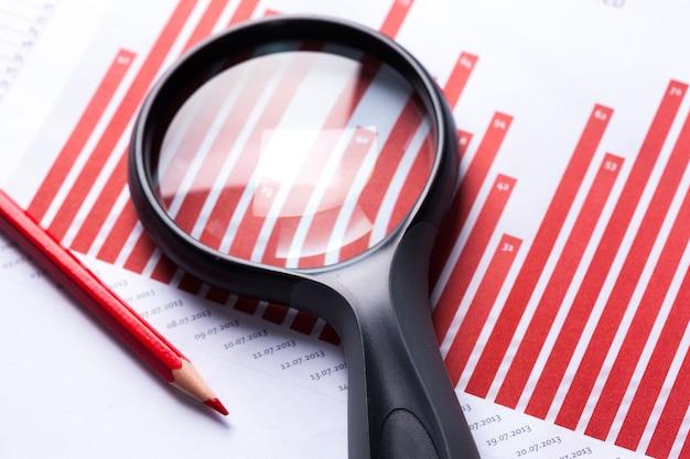Documenti finanziari con lente di ingrandimento su di loro