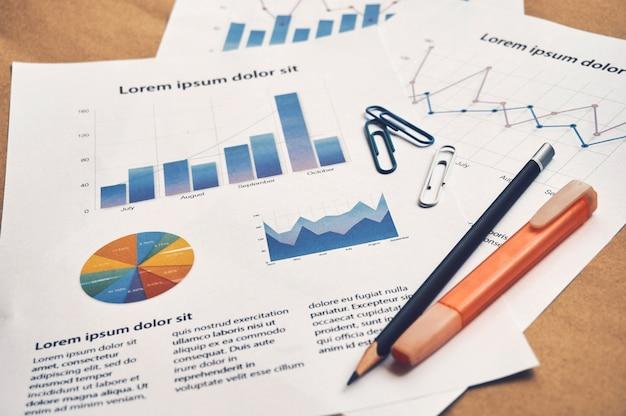 Documenti fittizi di statistiche finanziarie con grafico e grafico con tablet. concetto di analisi aziendale.
