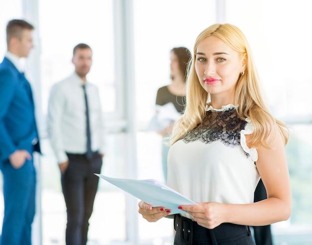 Documenti graziosi della holding della donna di affari in ufficio
