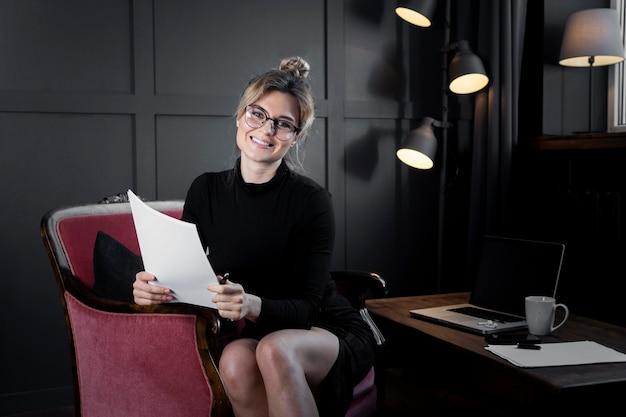 Documenti sicuri della tenuta della donna di affari