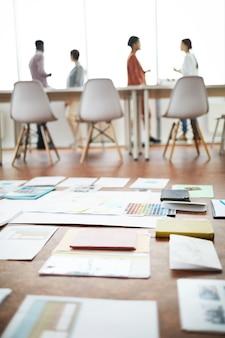 Documenti sul pavimento in ufficio