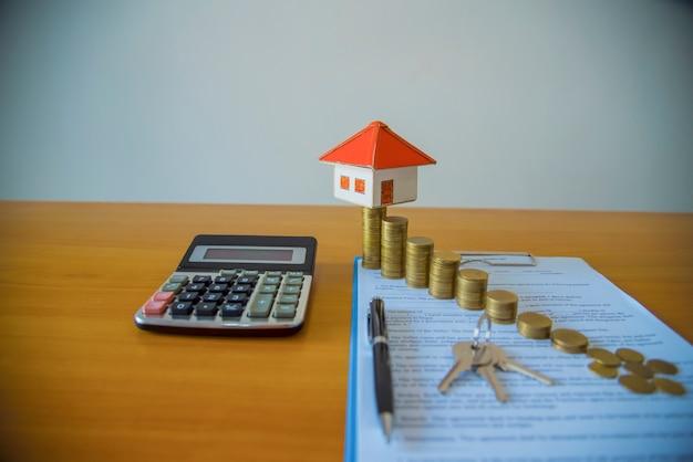 Documento di contratto di leasing / noleggio con chiavi e penna. testo evidenziato