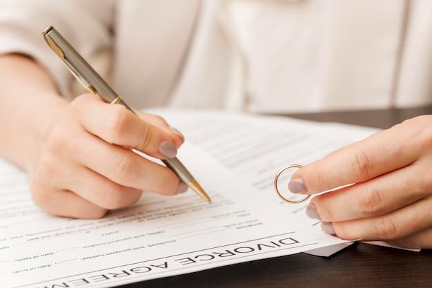 Documento di firma della mano del primo piano