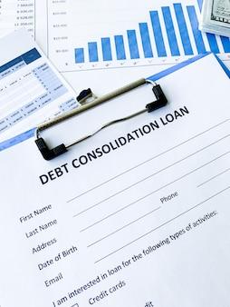 Documento di prestito di consolidamento del debito con grafico sul tavolo.