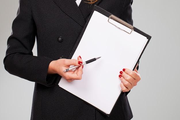 Documento in bianco in mani della donna di affari