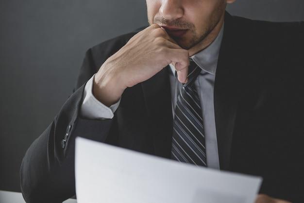 Documento serio della lettura dell'uomo d'affari e meditare