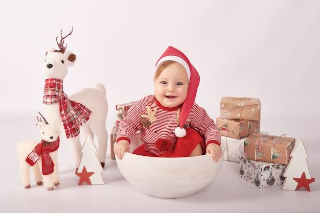 Dolce bambino divertente in cappello santa. vacanze invernali. bambina di natale.