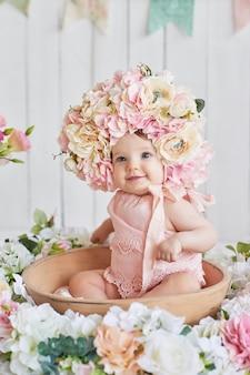 Dolce bambino divertente nel cappello con fiori. pasqua. bambina carina 6 mesi con cappello a fiori.