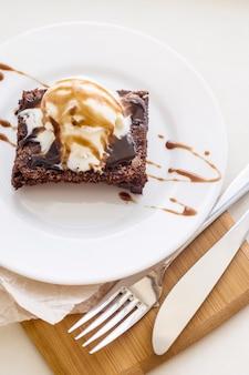 Dolce classico al cioccolato con una tazza di caffè - brownies e gelato