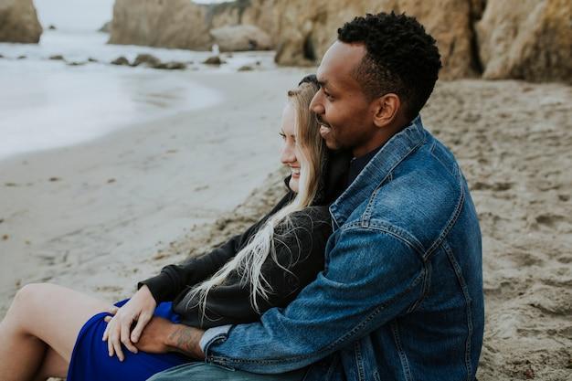 Dolce coppia in spiaggia