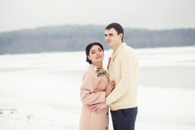 Dolce coppia in un campo invernale