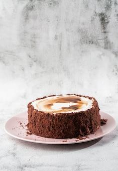 Dolce delizioso sul piatto sulla tavola su fondo di marmo. carta da parati per pasticceria o menu bar. verticale.