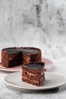 Dolce di cioccolato delizioso sul piatto sulla tavola su fondo di marmo. carta da parati per pasticceria o menu bar. verticale.