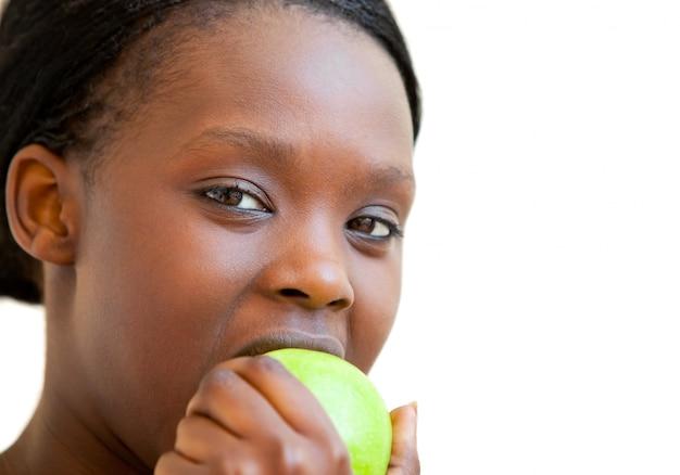 Dolce donna che mangia mela