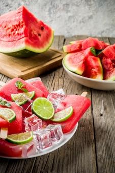 Dolce estate anguria e ghiaccioli di lime con anguria a fette e menta