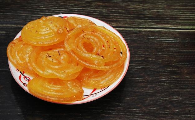 Dolce indiano di jalebi in tavola di legno