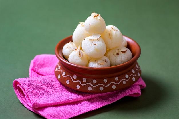 Dolce indiano - rasgulla, famoso dolce bengalese in ciotola di argilla con tovagliolo
