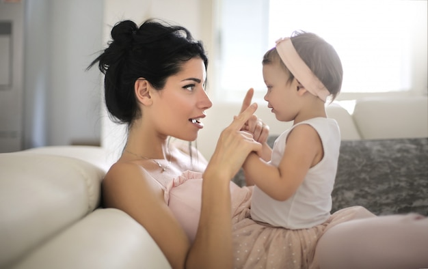Dolce mamma che parla con sua bella figlia