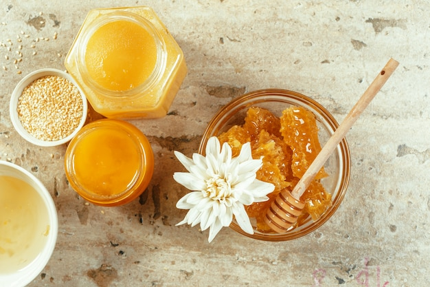 Dolce miele sul tavolo
