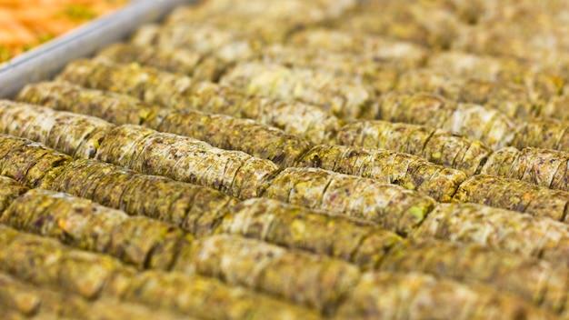 Dolce orientale tradizionale - baklava con pistacchi e noci.