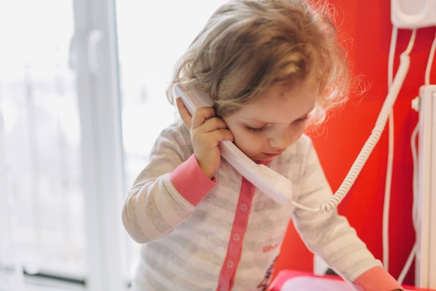Dolce ragazza parla al telefono