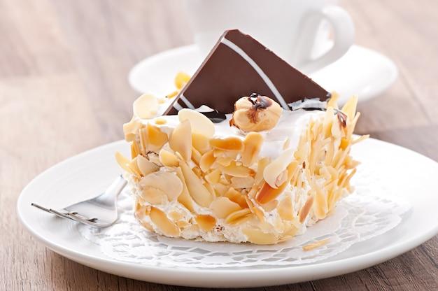 Dolce torta di mandorle con panna montata e cioccolato