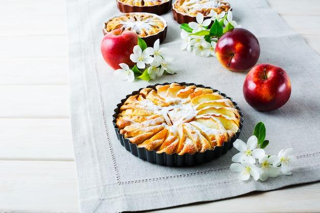 Dolce torta di mele con fiori di melo