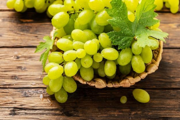 Dolce uva gialla con foglie