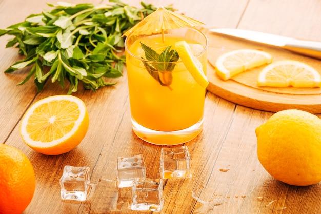 Dolcetto alla frutta sul tavolo di legno