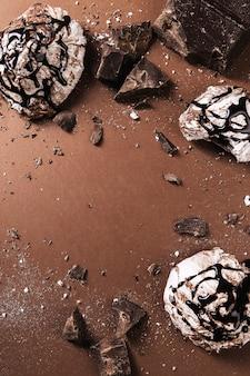 Dolci al cioccolato su marrone